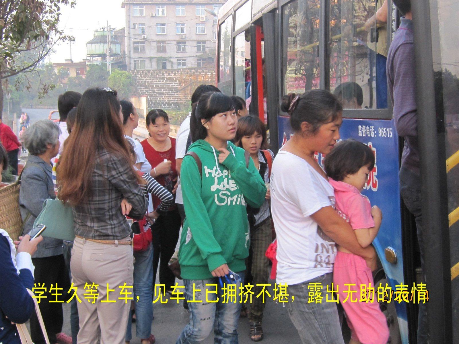 早晨乘车上学的孩子