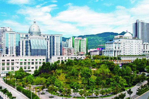 四川省达州市近年来不断向一流城市学习看齐,积极创新城市管理机制体制,以科学、精细、长效的管理模式优化改善城市环境,促进市容市貌持续改善,使城市品质与内涵得到不断丰富和提升      在东北工作多年的姚恩章先生回家探亲,深深感受到,家乡的空气质量越来越好,环境也越来越美,生活在达州真是好!      金秋十月,丹桂飘香。达城天蓝地绿,河水碧波荡漾,空气清新宜人,大街小巷干净整洁,公园、广场绿草茵茵,旅游景点游人如织;夜幕降临,主次街道灯光璀璨、车流如潮,盏盏华灯将城市点缀得温馨而靓丽。      达州变