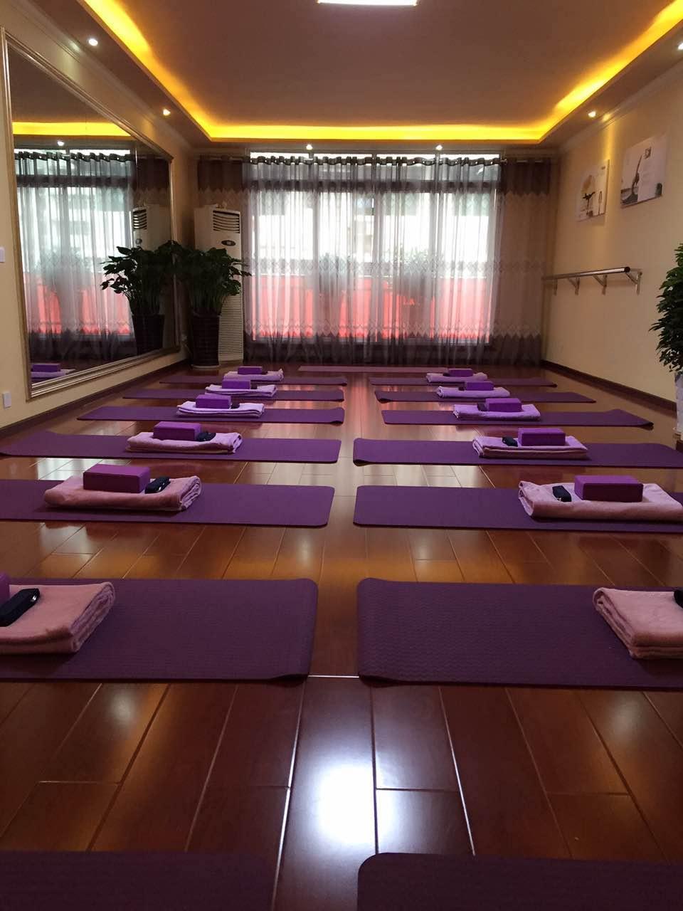 玛娅瑜伽专业馆是一家专注于发扬瑜伽文化,与广大瑜伽爱好者分享瑜伽给身心带来的愉悦和舒适的精致型瑜伽专业馆。本馆内部装修风格别致,环境幽雅、舒适、安静、空气清新。是工作之余最佳的减压和保养之去处,更是修神、修德、修身养性的最佳场所。专业馆严格控制会员数量,采取小班授课,精益求精,确保每一堂课的教学质量。