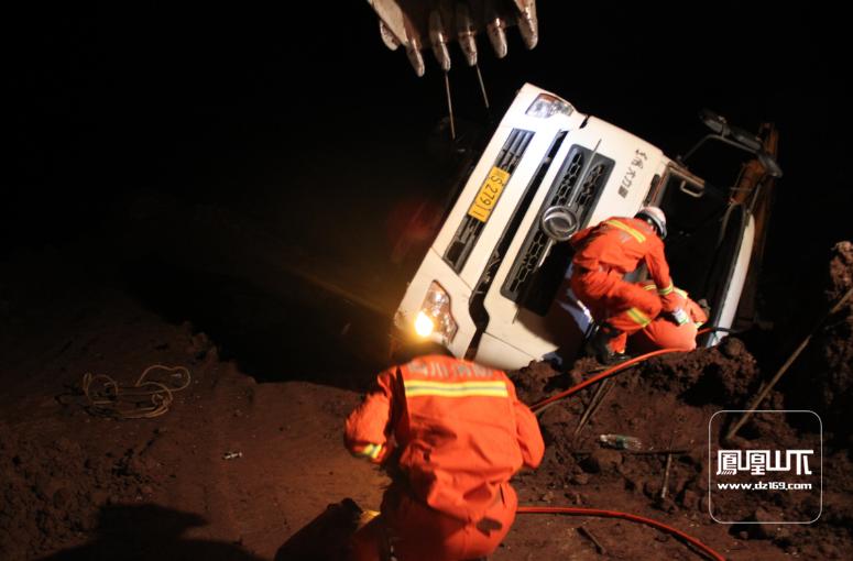 水泥罐车侧翻驾驶员被困 达州消防成功施救