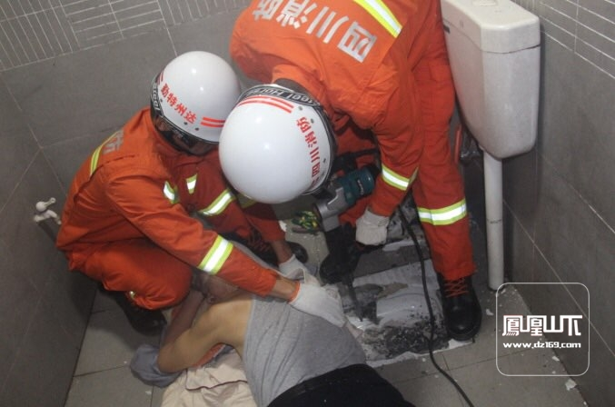 老人手被卡便池  达州消防紧急处置