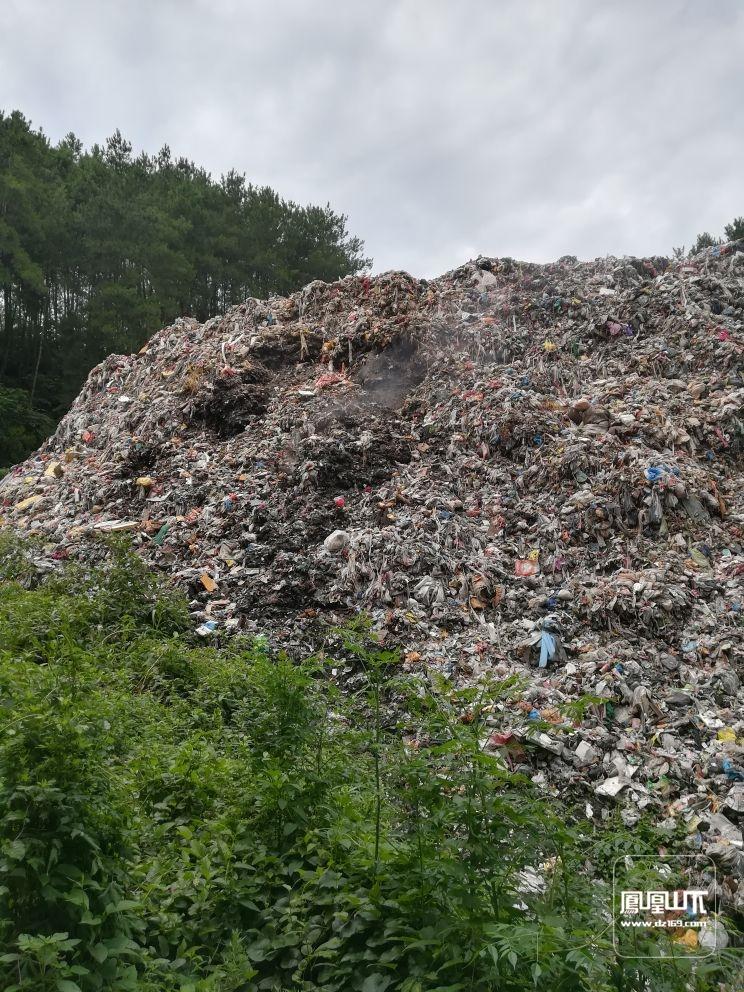 这是堆在大竹县观音镇河石村的一堆垃圾,本是清山绿水
