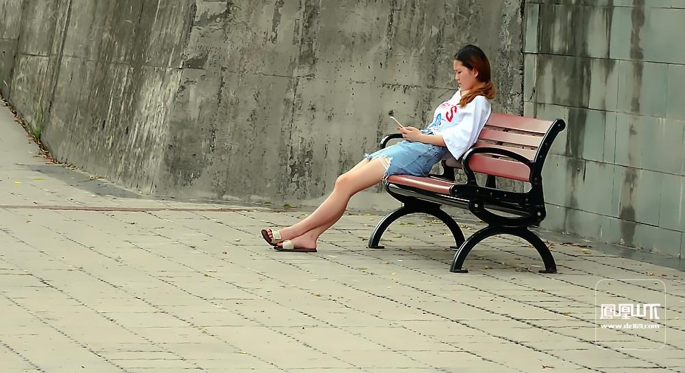 少女与手机