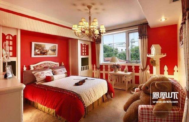 臥室作為一個可以讓人很好地放松的私密空間,它整體的顏色搭配不僅會影響到住戶的睡眠質量,還會影響住戶的心情,那么對于臥室的顏色搭配有什么小技巧呢?今天就跟著九上裝飾的小編一起來了解一下吧! 臥室顏色搭配技巧一:紅色失眠、神經衰弱、心血管病者忌用 新婚者的居室宜選用鮮艷濃烈的紅色,既為房間增添喜慶氣氛,同時可以刺激神經系統,增加腎上腺素分泌,增強血液循環。但接觸紅色過多,會讓人產生焦慮情緒。所以,失眠、神經衰弱、心血管病患者不宜使用紅色的家居裝飾,以免加重病情。 臥室顏色搭配技巧二:淺橘黃色誘發食欲 有