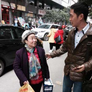 坚守传统,坚持美德——通川八小慰问退休老教师