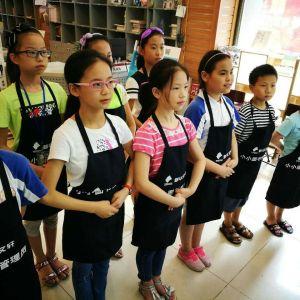 相约新华文轩 体验职业生活——通川四小学生参加图书管理员课外实践活动