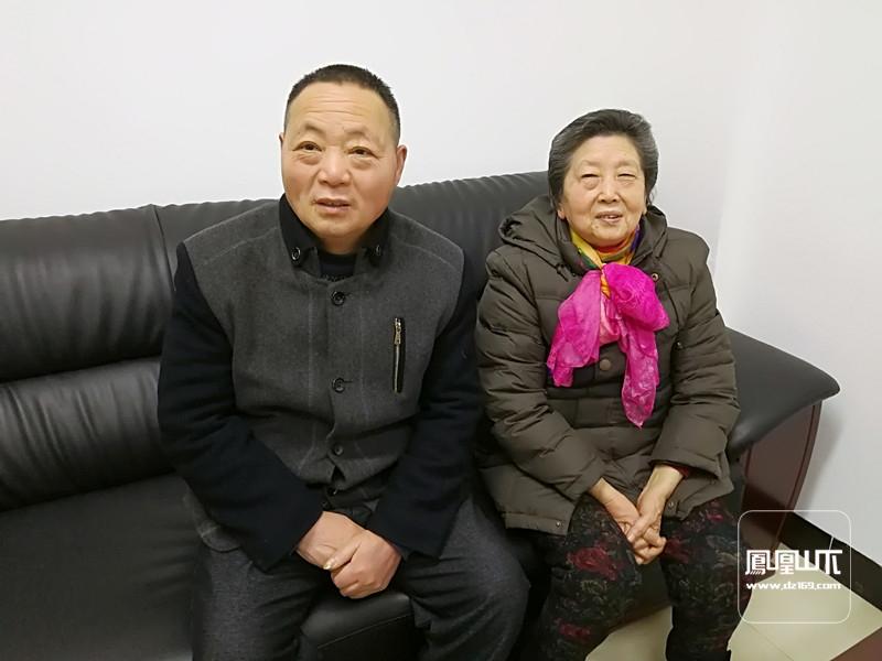段有珍(右)、吴化明介绍陈公祠巷