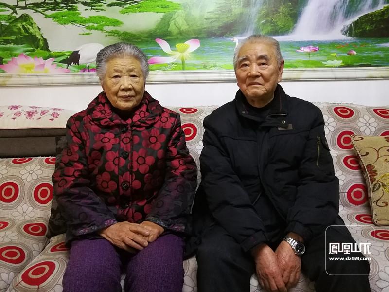 90岁的张善祝和他的夫人在回忆五七师部