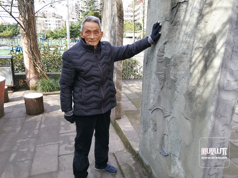 86岁的钟正南在介绍市职高内的石碑
