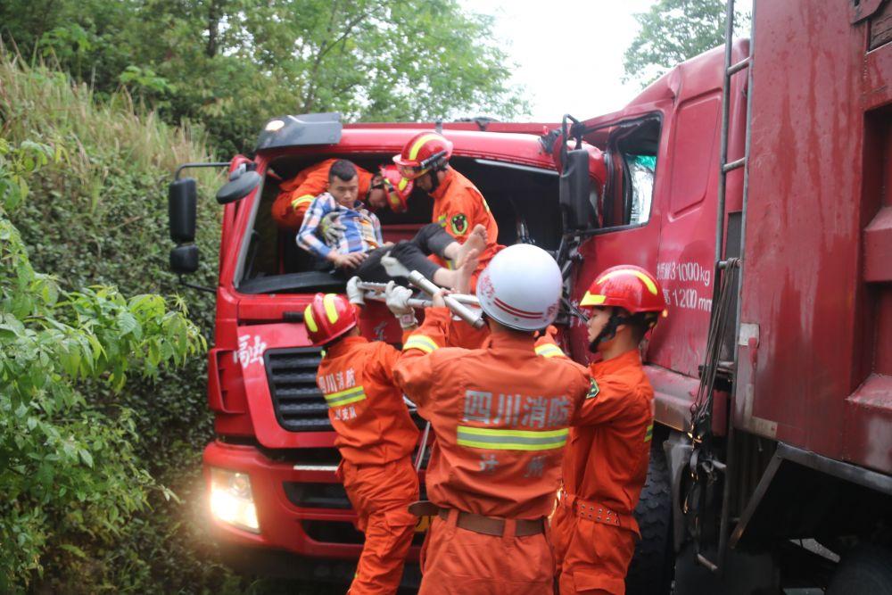 雨天两车相撞一人被困 渠县消防紧急救援