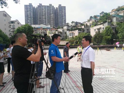 宏冶公司副总经理王世武接受记者现场采访