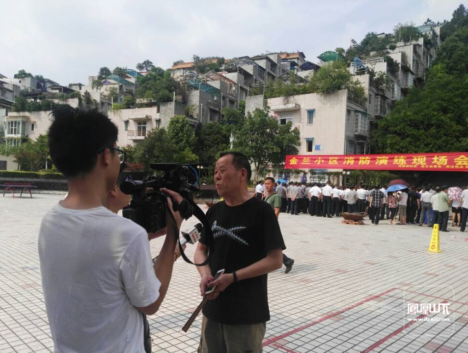 金兰小区业主接受记者现场采访