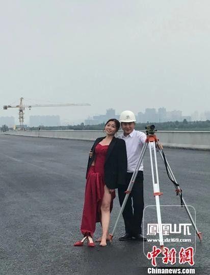 青春和汗水交织 农民工夫妻建筑工地上拍婚纱照