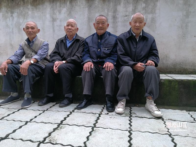 87岁的李明才(右一)与其他老人