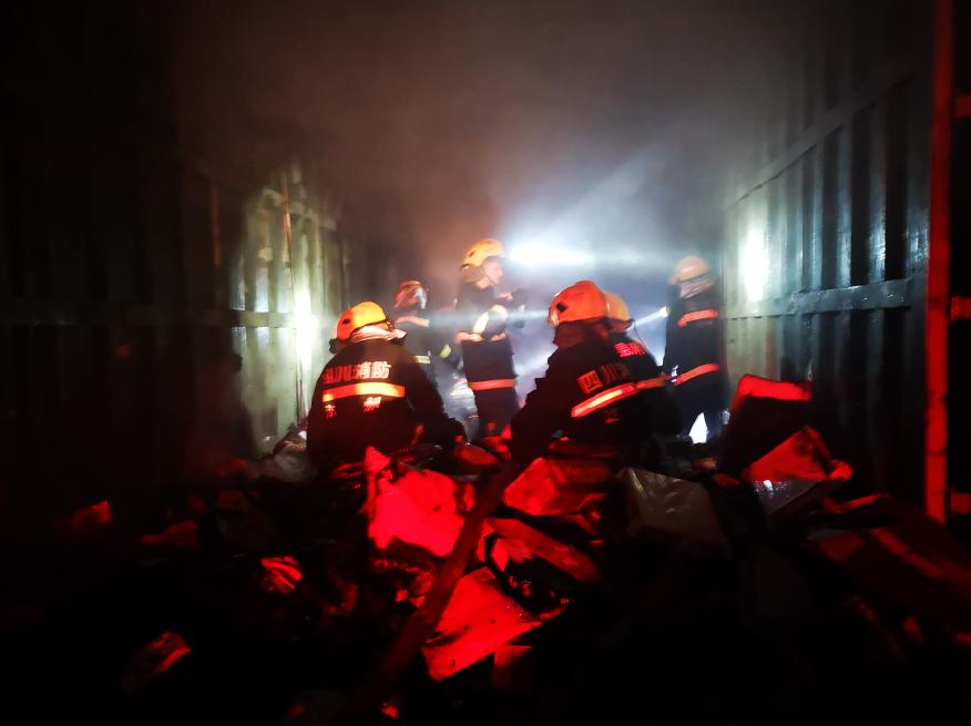 凌晨快递物流车突发大火  达州消防紧急处置