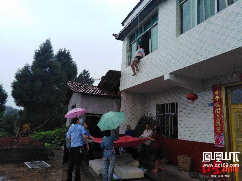 4个月孕妇坐2楼窗台跳下 警民搬沙发牵床单将她接住