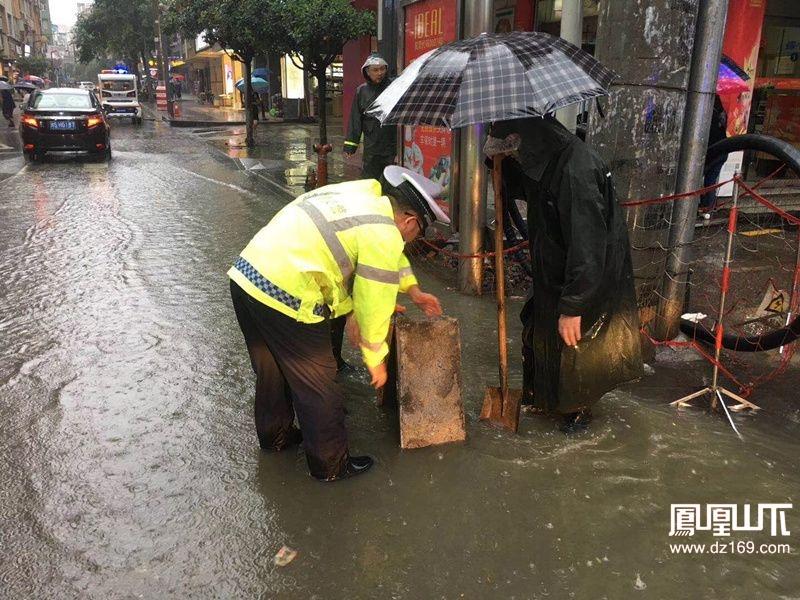 镜头下雨中的万源交警(组图)