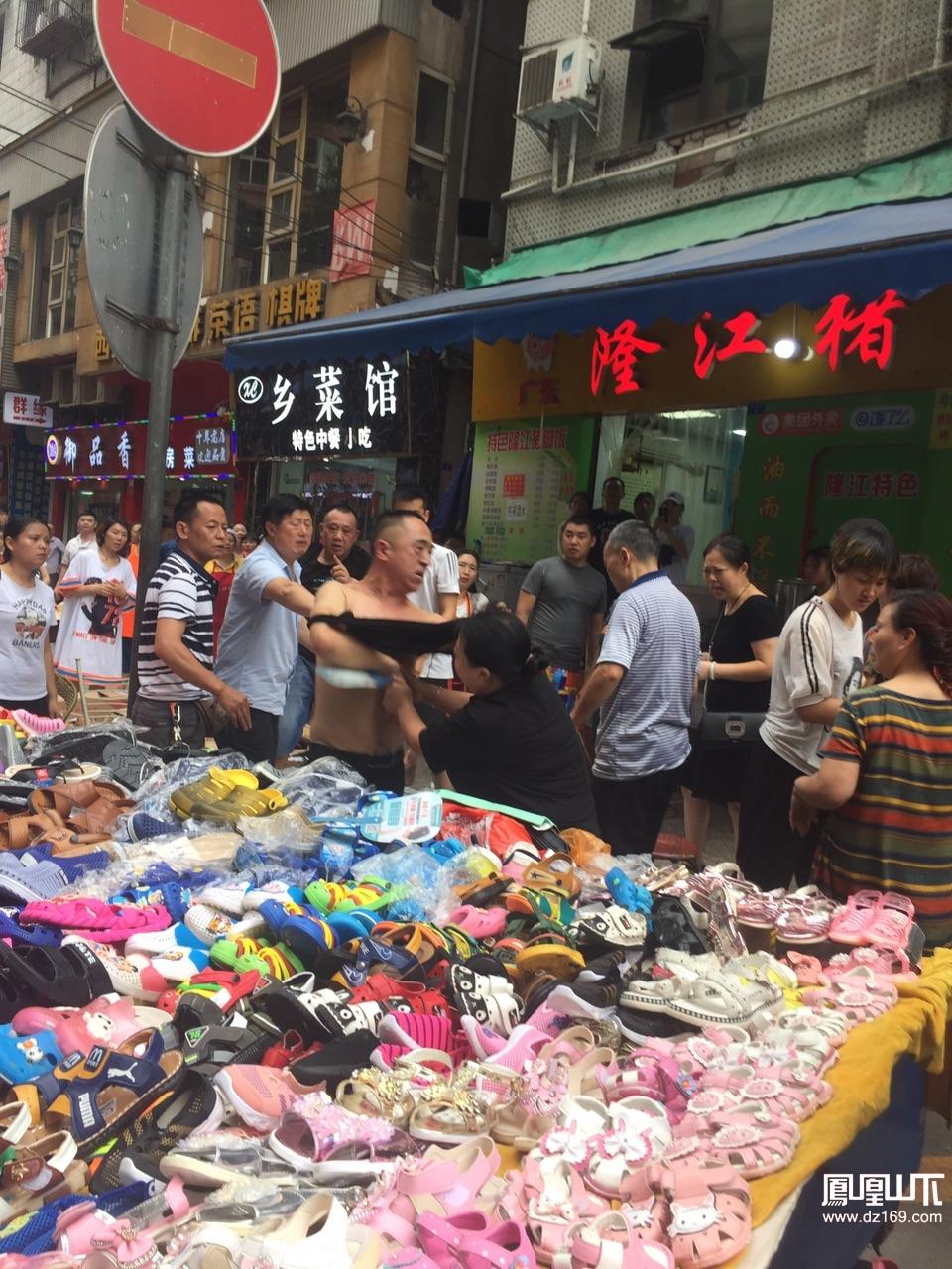 中心广场旁边风翔街,几个人在抓抓扯扯为了啥?