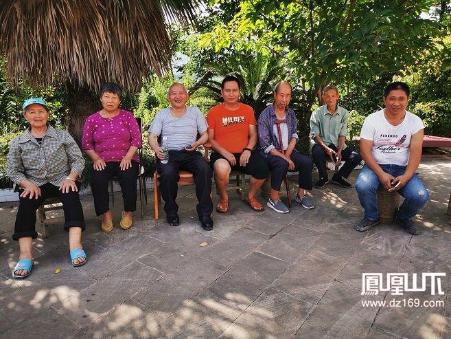 重石村老人介绍重石寨,左三为吴显权,中为李纯伟