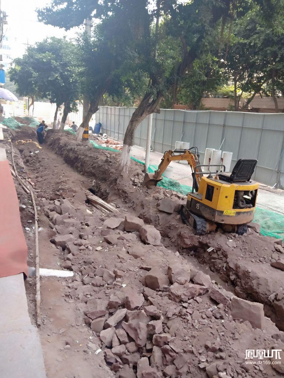 这么大的工程一天2,3个人干活,挖机在一边停起耍,