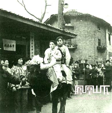 达县宾馆前春节文化活动 20世纪80年代初  肖光泉摄