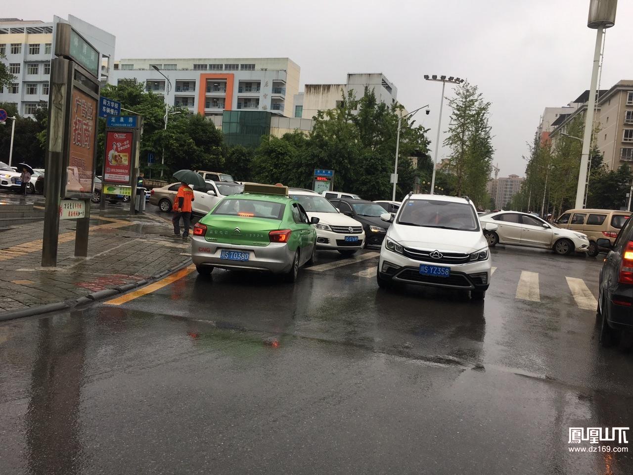 @交警大队川ST0380拥挤的车流中逆行