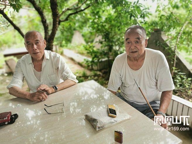 周代成(右)颜安孝(左)在回忆下鹰嘴寨.jpg