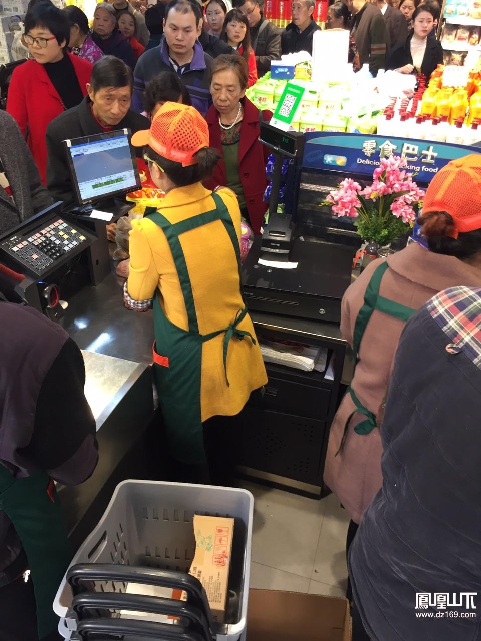 达州一超市开业场面火爆,老年人扎堆堆。