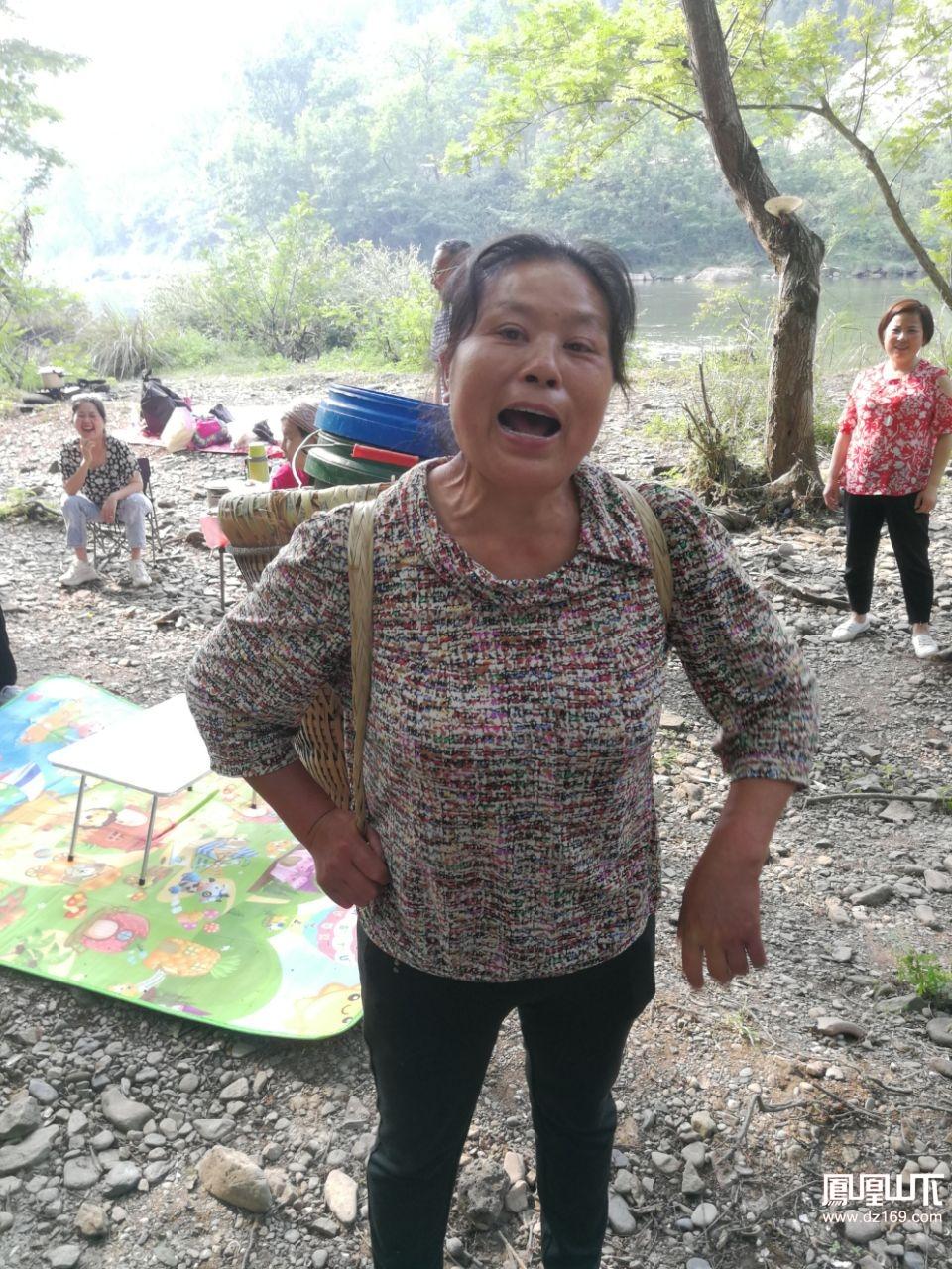 在百節河邊玩耍,這里的本地老人們強行收衛生費。希望