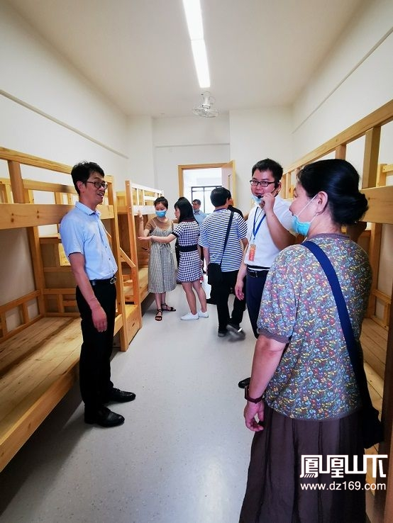 参观天立学校学生宿舍.jpg