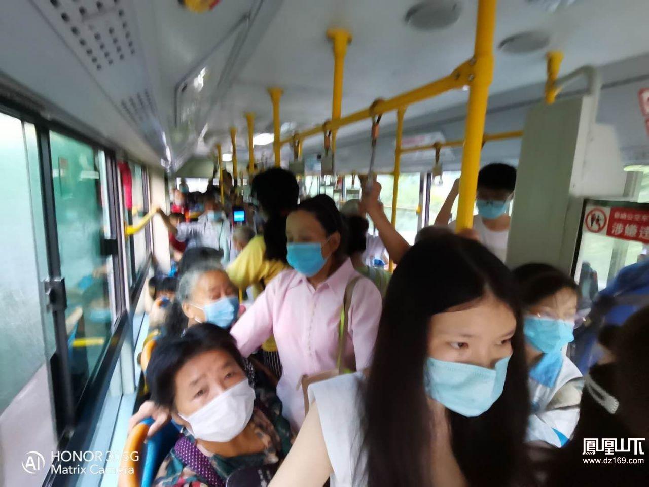 50路公交车是真的挤,相比49路车完全不一样