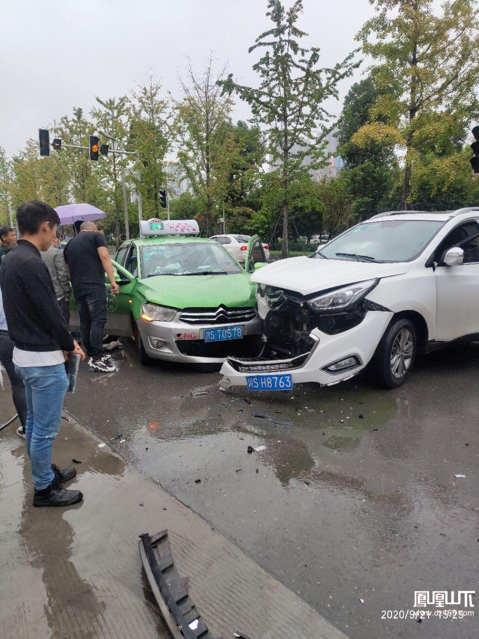 塔坨湿地公园发生车祸,车头遭撞得稀巴烂...