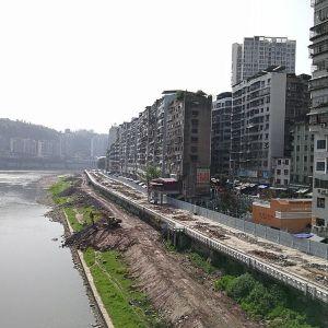 达城快速通道东段施工便道修到了廊桥