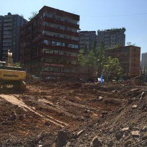 市委党校地下停车场土石方清表工作正在进行