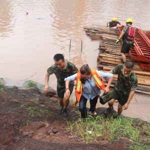 达州消防南外镇中队成功救助被困河中塔吊上的女子