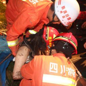 女子被困井中生命垂危,达州消防支队南外镇中队官兵迅速出击科学施救