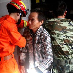 两台电梯同时停运 消防官兵智救3人