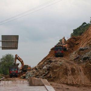 开山凿路 三里坪人文生态区A线道路正加快建设(视频)