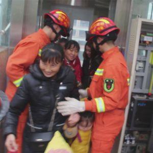 9人被困电梯 达州消防紧急营救