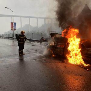 达州消防成功处置一起小车自燃事故