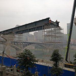达城快速通道东段开始安装叠合钢板梁