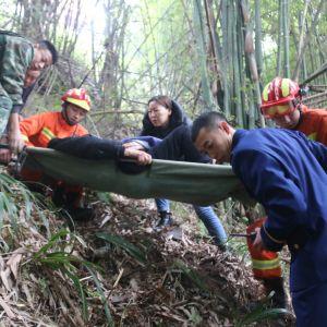 老人不慎坠落陡坡 达州消防紧急救援