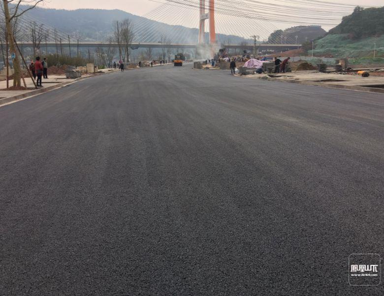 塔沱滨河西路面层沥青铺设结束下旬即可通车