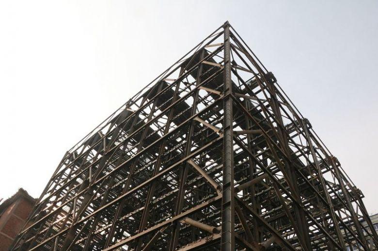 红旗路社区公共停车场载车板安装完成70%