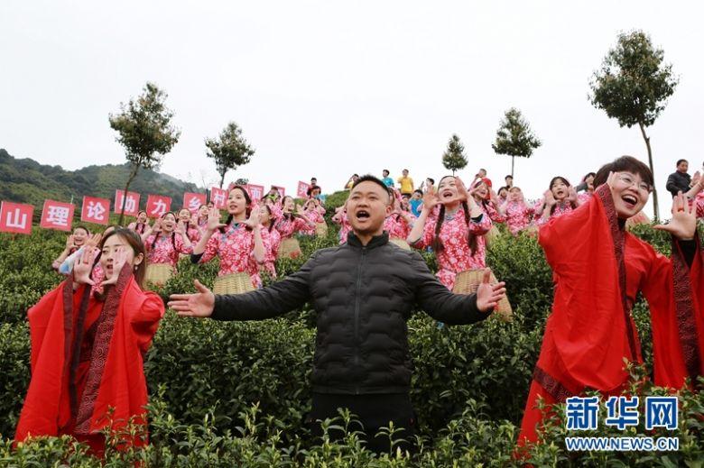 """四川大竹""""喊山开茶"""" 70岁茶农与祖国一起过生日"""