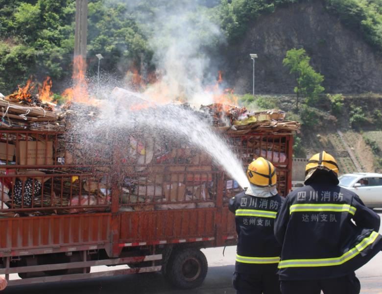 达州一货车起火后直接开到了消防队门口 消防员15秒到场灭火