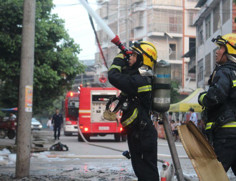 四川达州一门市突发大火 消防员冲进火场抱出5个煤气罐