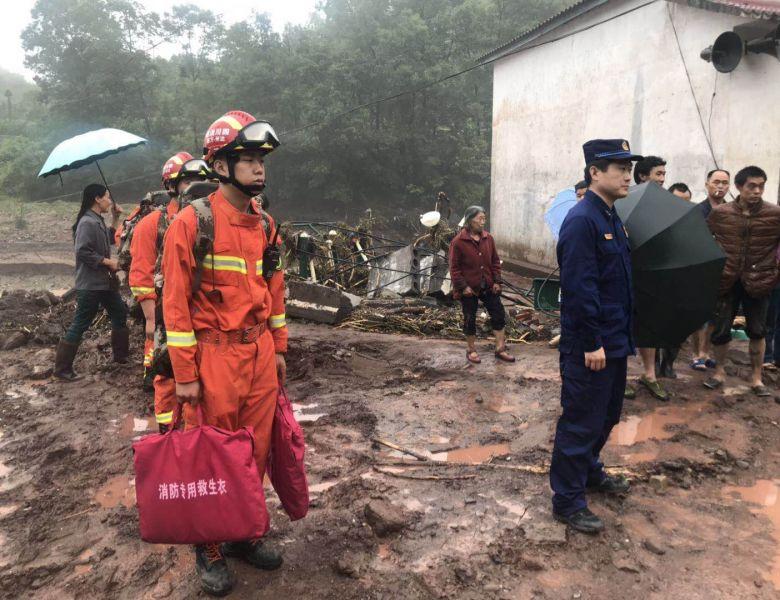 达州万源竹峪镇遭受强降雨 消防赶赴现场开展救援工作
