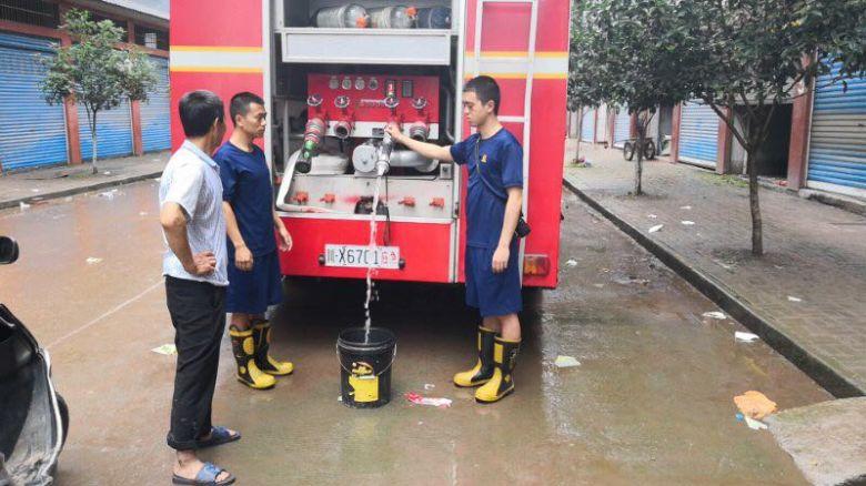 达州宣汉暴雨致6000余居民用水告急 消防送23吨水解燃眉之急