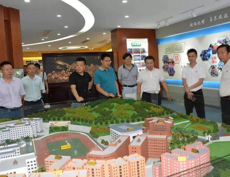 九龙县副县长庞建华一行8人来达州中学参观考察信息化智慧校园建设工作